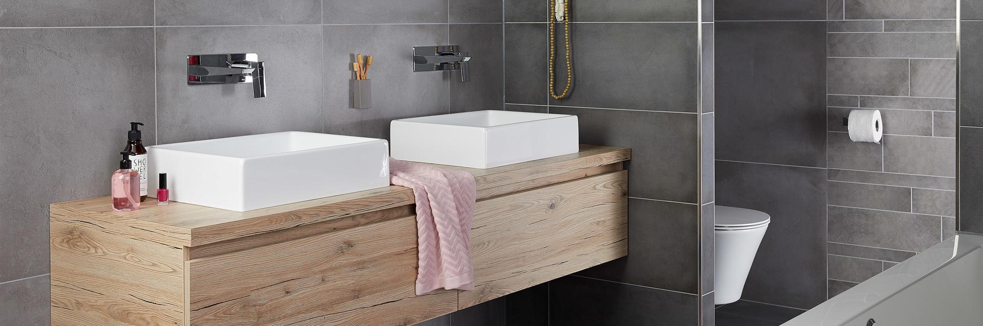 Familie badkamer Stone wastafels en toilet - Baden+