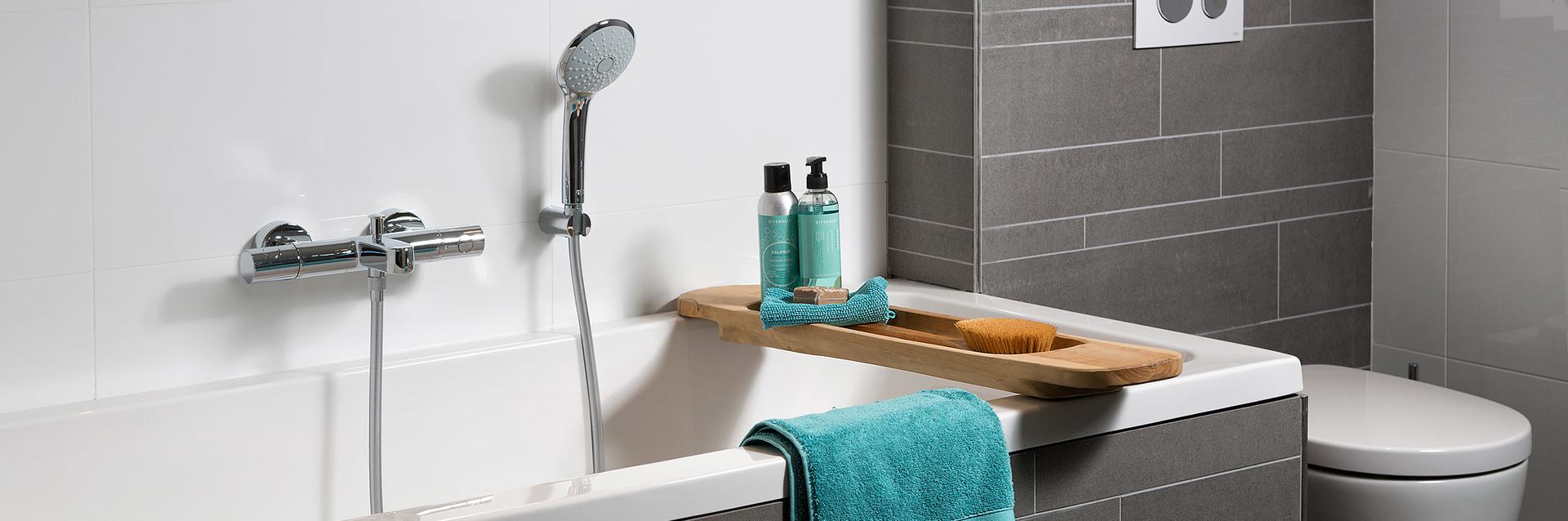 Ligbad met handdouche en badplank