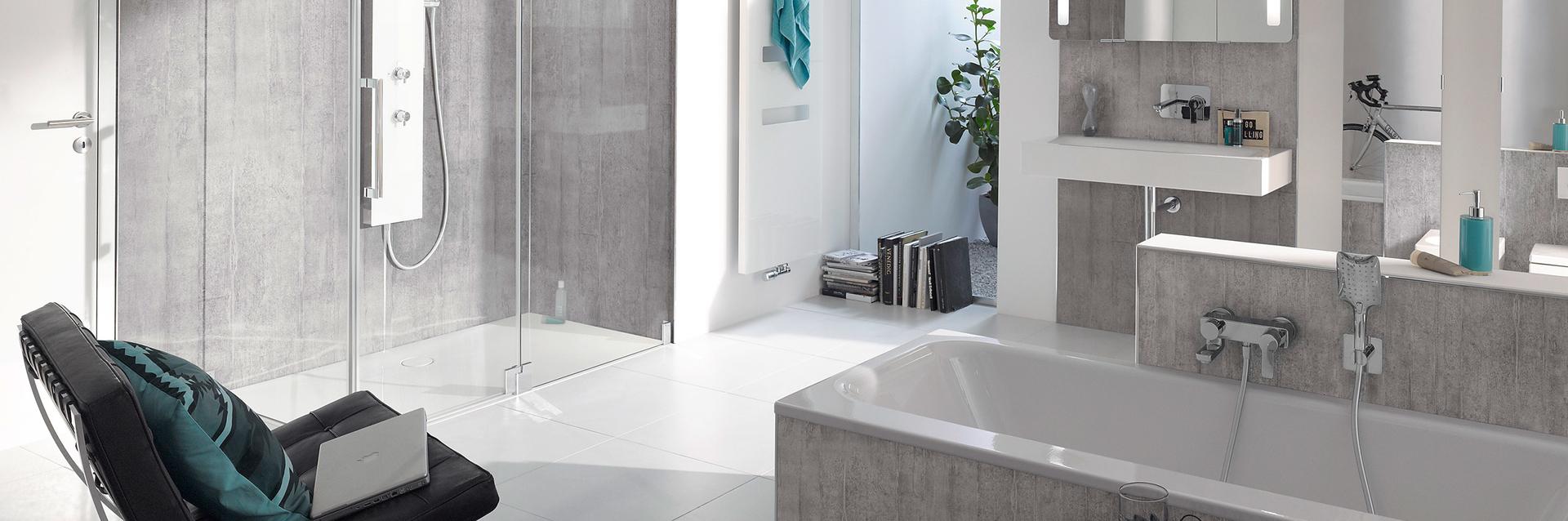 Douchecabine - ruime douche met glazen wand en draaideur
