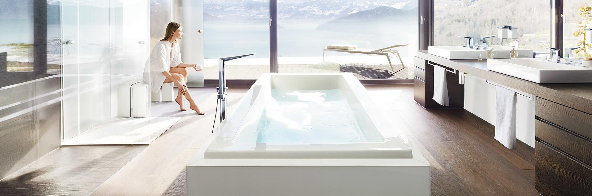 Badkraan met vrijstaand bad in ruime badkamer