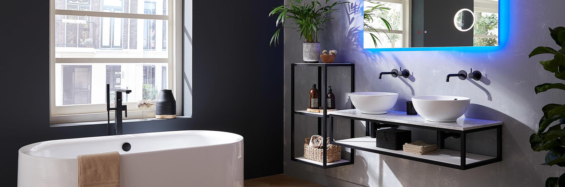 Badkamermeubels van warm hout en stoer metaal