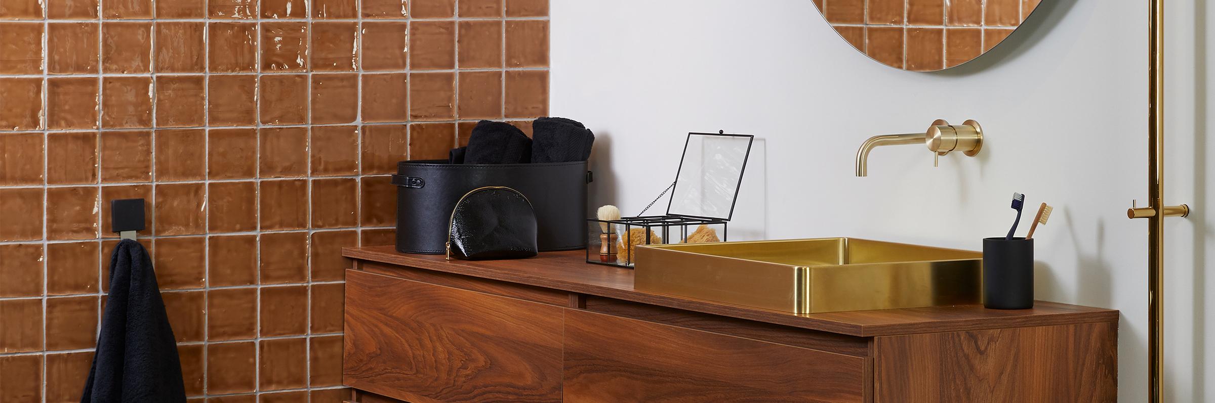 Badkamer met gouden accessoires - Badkamer met gouden accessoires