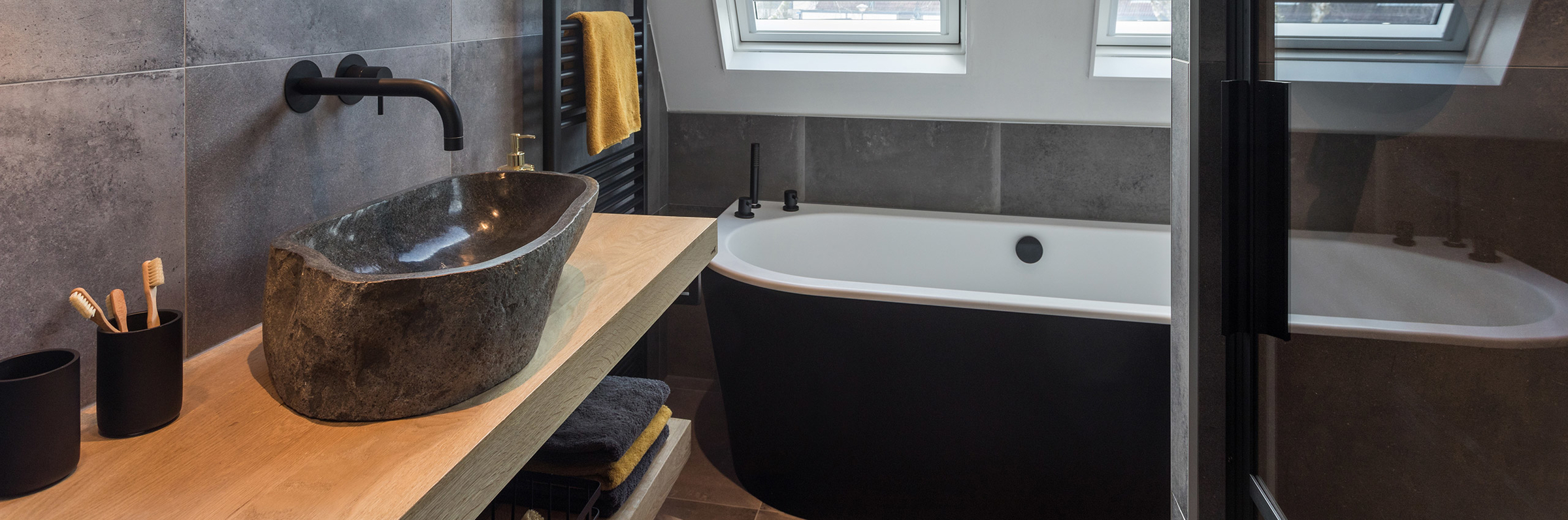 Binnenkijken bij een badkamer met zwart sanitair in Woerden (Astra en Badenplus) - Binnenkijken bij een badkamer met zwart sanitair in Woerden (Astra en Badenplus)