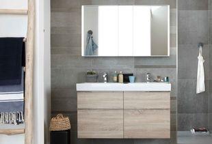 Gezinsbadkamer met spiegelkast en breed badkamermeubel