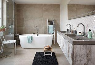 Badkamer Vrijstaand Bad : Tegelwerk in badkamer met vrijstaand bad in emst