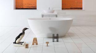 Ligbad vrijstaand in ruime witte badkamer