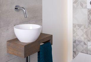 Wandtegels patchwork en betonlook op toilet
