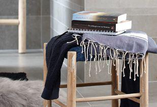 Gezinsbadkamer met stoere accessoires en blauwtinten
