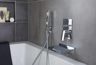 Familie badkamer met royaal bad en watervalkraan