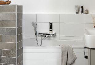 Compacte badkamer met ruimtebesparend bad