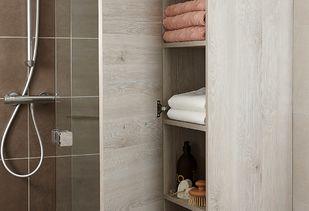 Huismerk badkamer met hoge kolomkast