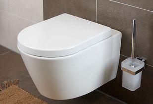 Huismerk badkamer met hangend toilet