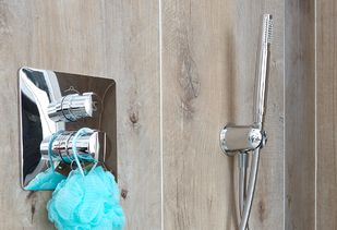 Houtlook badkamer met houtlook tegels