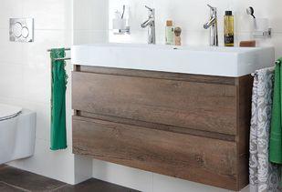 Natuurlijke badkamer met houten badkamermeubel