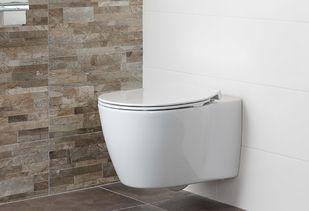 Natuurlijke badkamer met zwevend toilet