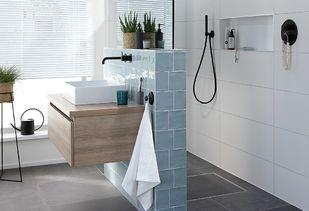 Trendy badkamer met handige nis in douche