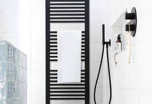 Trendy badkamer met matzwarte designradiator