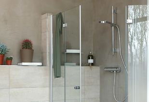 Betonstuc badkamer met moderne accessoires