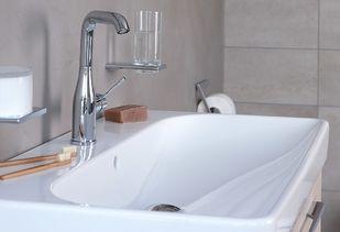 Betonstuc badkamer met brede wastafel