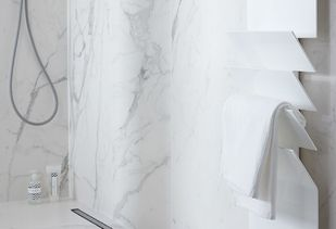 Marmeren badkamer met luxe witte designradiator
