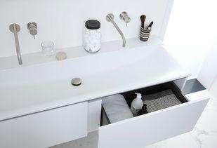 Marmeren badkamer met luxe mat wit badkamermeubel