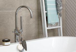Landelijke badkamer met vrijstaande badkraan