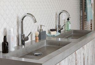 Landelijke badkamer met betonnen wastafels