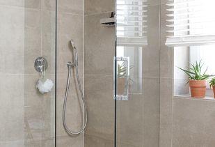 Landelijke badkamer met ruime inloopdouche