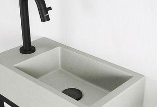 Wastafel voor de wc met trendy zwarte kraan