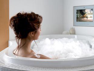 Ligbad met inbouw televisie in muur