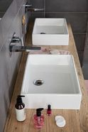 Familie badkamer Stone wastafels en kranen - Baden+
