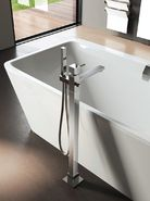 Vrijstaand bad met vrijstaande hoekige badkraan