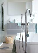 Houtlook tegels in scandinavische badkamer