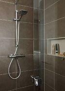 Huismerk badkamer met glazen schuifdeur voor douche
