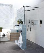 Trendy badkamer glaswand met spiegelglas