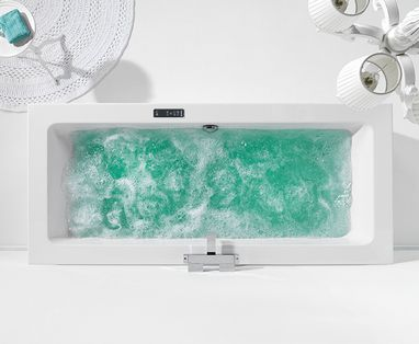 Baden - whirlpool in witte badkamer