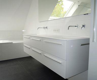 Binnenkijkers - Badkamer met schuin dak in Vught
