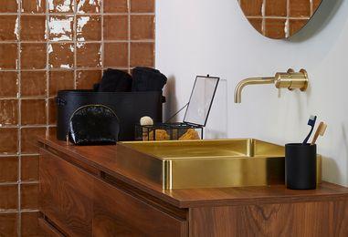 Kleine badkamers - Badkamer met gouden accessoires