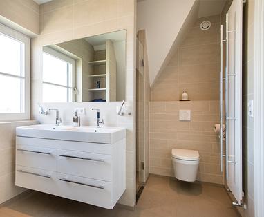 Binnenkijken bij een zwarte badkamer - Binnenkijken bij familie Crielaard