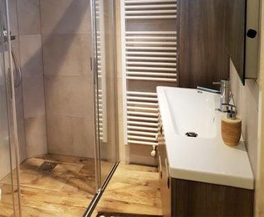 Binnenkijkers - Badkamer met een warme look in Volendam