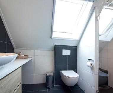 Binnenkijkers - Badkamer met schuin dak in Alphen