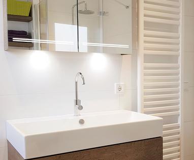 Binnenkijkers - Tijdloze badkamer met bad en douche in Uithoorn