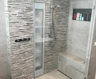 Inspiratie - Moderne badkamer met bijzonder tegelwerk in Heerde