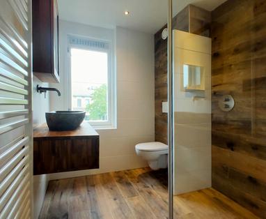 Binnenkijkers - Badkamer met natuurlijke materialen in Woerden
