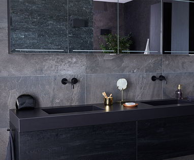 Binnenkijken bij twee badkamers, twee stijlen - Binnenkijken bij een zwarte badkamer