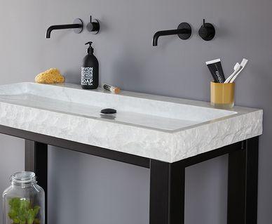 Eikenhouten badkamermeubelen - Natuurstenen wastafels en douchebakken
