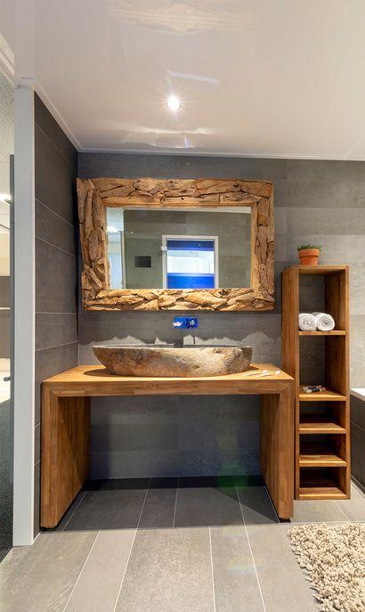 Eveleens showroom badkameropstelling houten wastafelmeubel