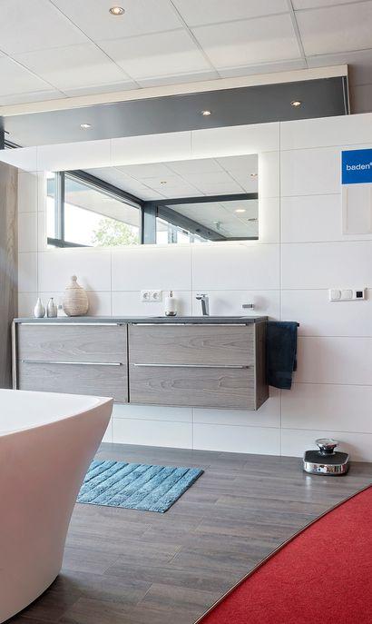 Joop Elders showroom badkameropstelling wastafelmeubel led spiegelpaneel ligbad