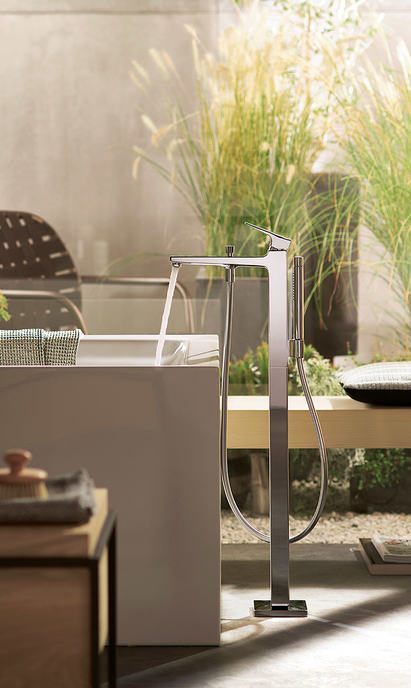 Luxe badkamer - hoekige vrijstaande badkraan