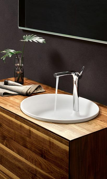Luxe badkamer met houten meubel en unieke waskom met ingebouwde kraan